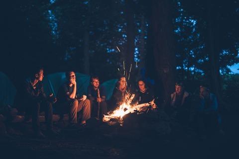 焚き火を囲む若者