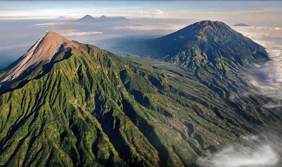ムラピ山(左)とメルバブ山(英語版)(右)