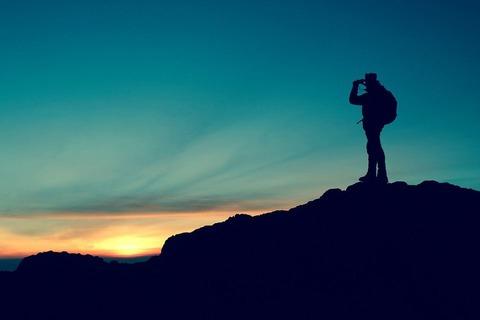 朝日を待つ登山者