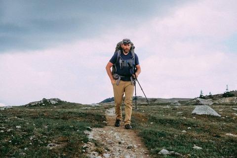 登山道を歩くハイカー