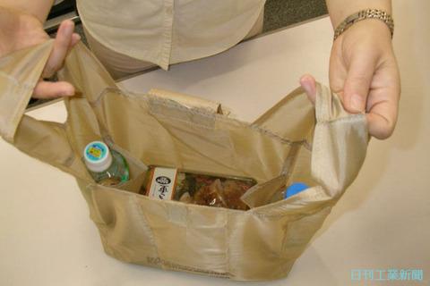 お弁当とペットボトルがぴったりおさまるローソンのエコバッグ