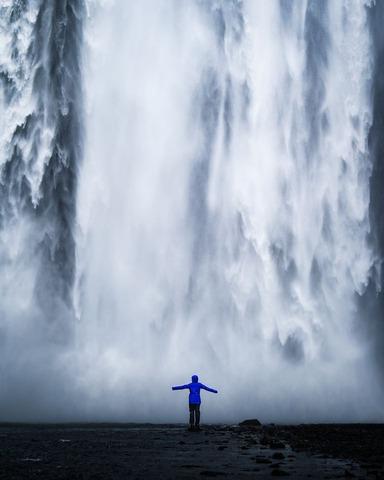 滝と登山者