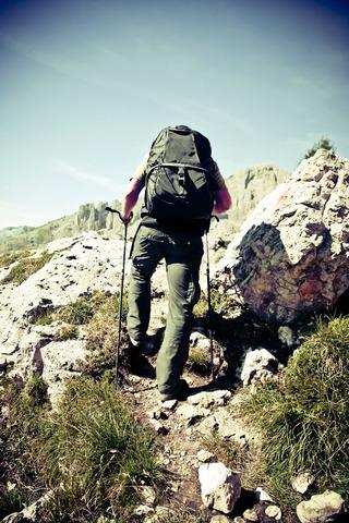 ダブルストックを使って登る登山者