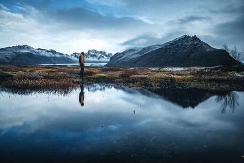池と登山者