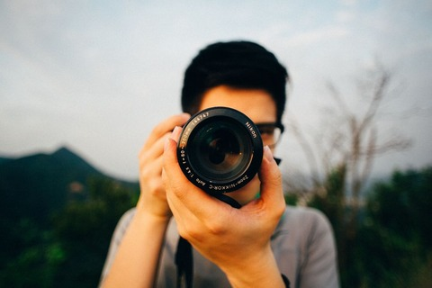 カメラを構える男