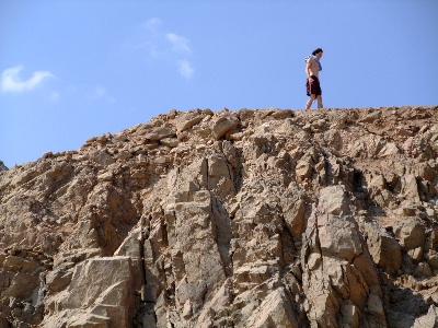 山の上を歩く人