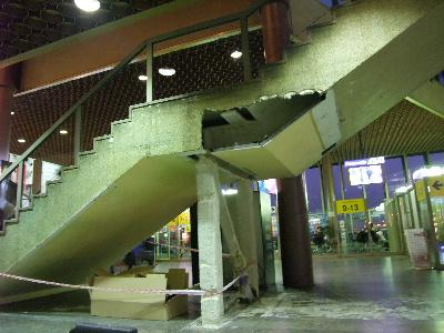 壊れた階段