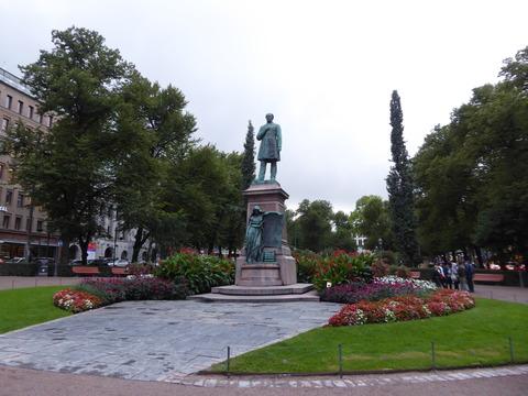 エテラエスプラナーディ通り7 ルーネベリの像