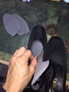 足がつま先側に入っていかなくなるので、カカトがフィットするようになる修理方法です。