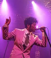 ピンクのスーツの吉川晃司