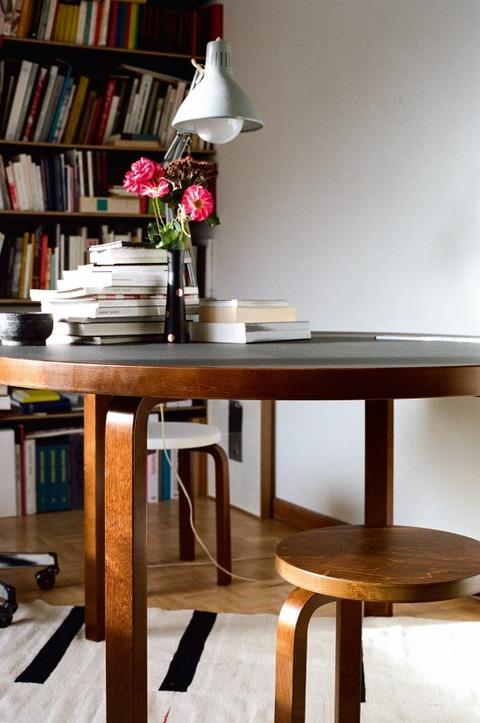 Aalto_Table_round_Stool_60_E60_walnut_stain_2_cmyk_JPG