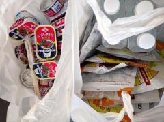 生活保護手続きに1カ月 窓口で渡されたサンマ缶15個