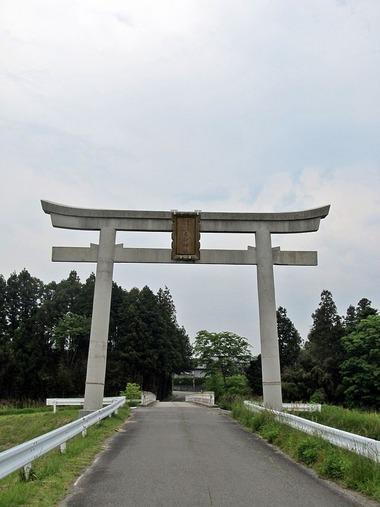 800px-Torii_gate_of_Taka-jinja_shrine