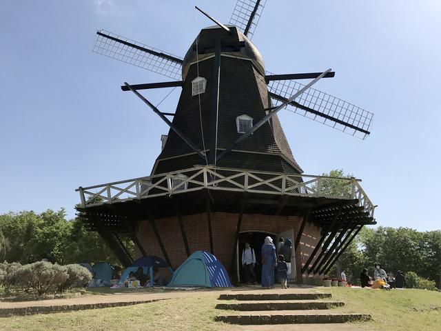 風車の下のテント