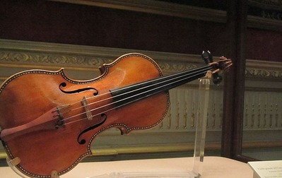 15_640px-Stradivarius_violin_in_the_royal_palace_in_madrid