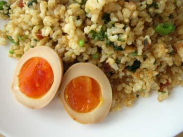もろみ醤油の味付け玉子、パセリと奈良漬けのチャーハン