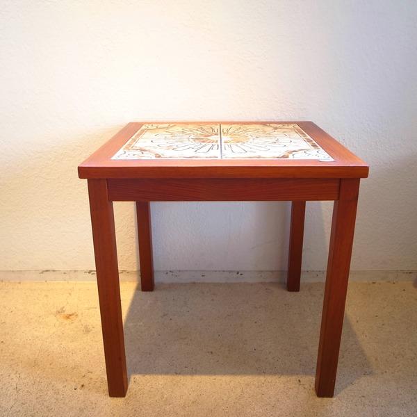 サイドテーブルとミニチェストと鏡