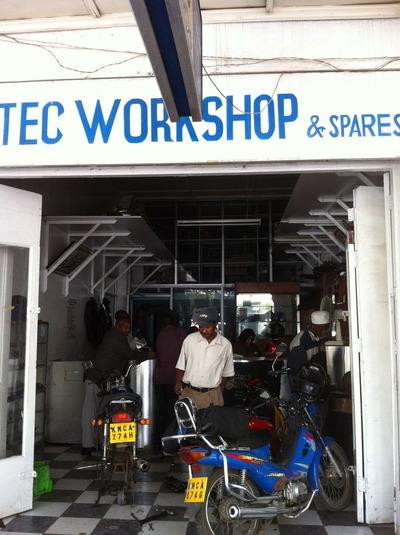 町のバイク修理屋さん