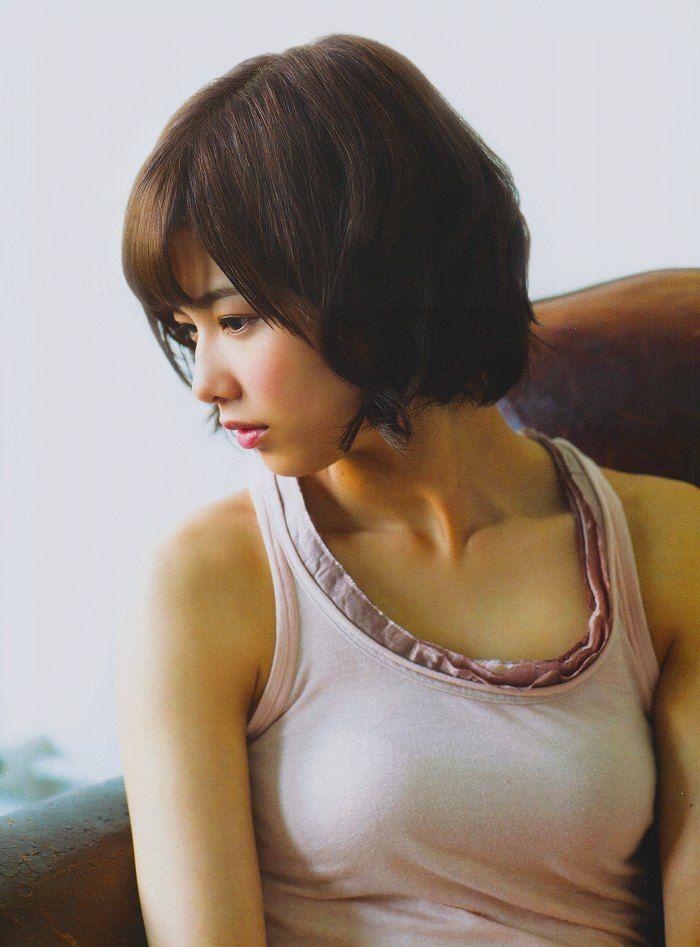 タンクトップを着ているセクシーな渡邉理佐の画像
