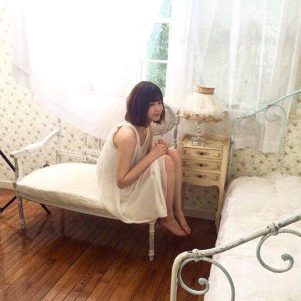お姫様のような部屋で座っている渡邉理佐の画像