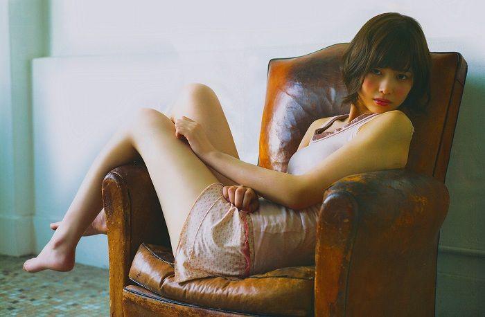 椅子に腰かけているセクシーな渡邉理佐の画像