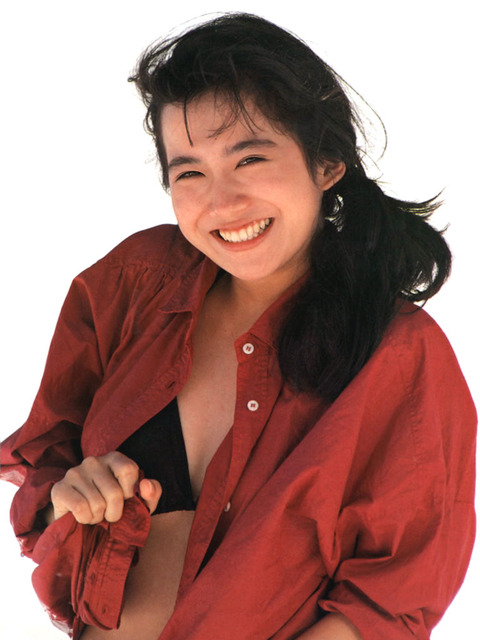 赤いシャツを羽織る和久井
