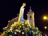 マリア像みこしと教会