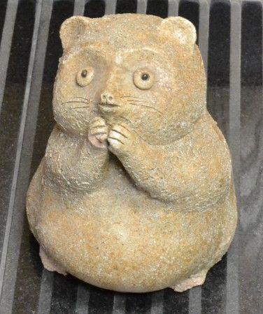 陶器でできた可愛いタヌキの置物