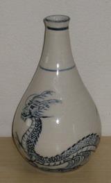 鶴首の花瓶。龍の絵付け