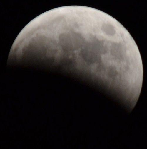月食をニコンのD3100ズームレンズで撮影