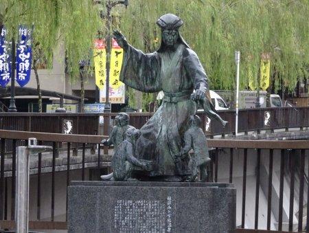 下呂温泉のチャップリン、万里集九、林羅山などのブロンズ像