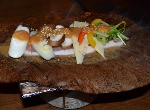 有楽町ガード下の「旬彩食房 雅」豚ロースの朴葉焼き