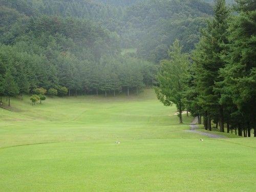 山梨県の勝沼ゴルフコースでラウンド