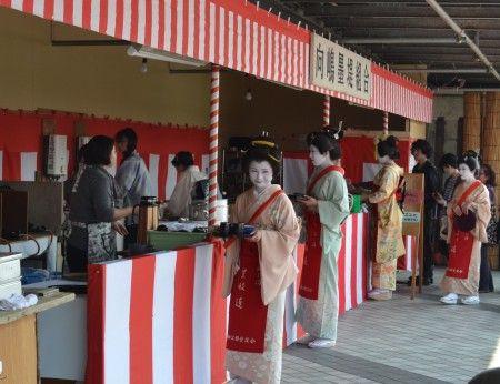 隅田川の桜祭り 向島芸者さんの茶店