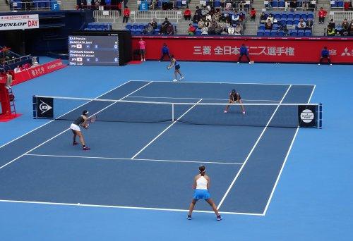 有明コロシアムで三菱 全日本テニス選手権の女子ダブルス決勝戦