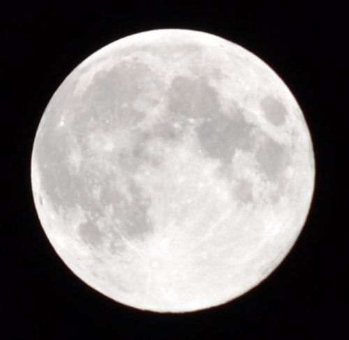 中秋の名月をニコンのD3100の300mmズームレンズで撮影