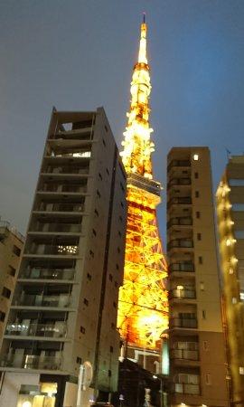 「野田岩 麻布飯倉本店」近くから東京タワー