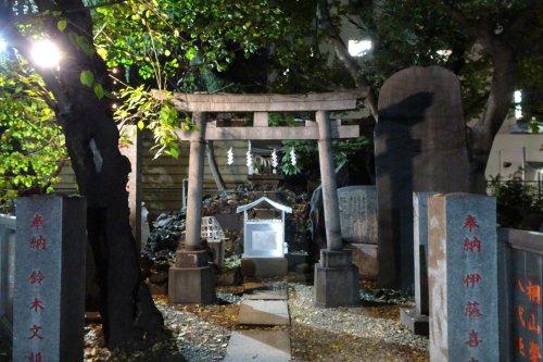 新宿花園神社の「圭子の夢は夜ひらく」