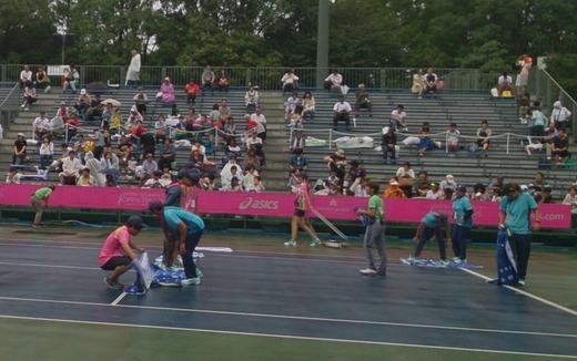 ジャパンウイメンズオープンテニス2日目は雨でスタートが遅れています