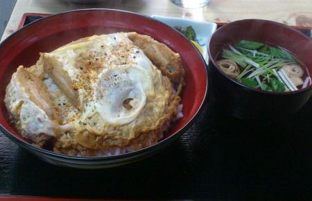 奥沢の奥沢神社前のお蕎麦屋さん、「やぶ茂」のカツ丼