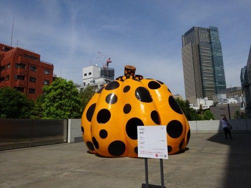 草間彌生さんの水玉模様のカボチャのオブジェ