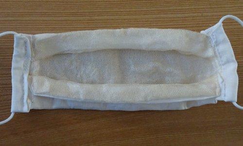 内側に絹を使った手作りのマスクをいただきました