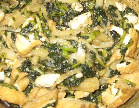 ベランダ菜園の大根と小松菜を収穫し、厚揚げと煮て食べました