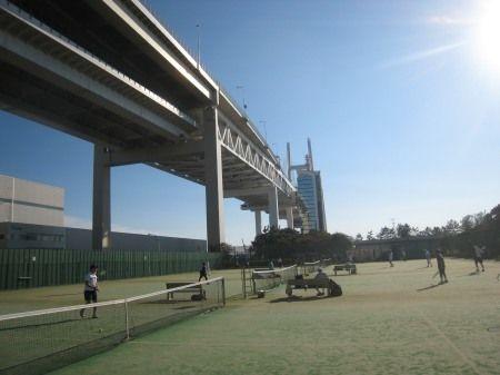 大黒ふ頭のテニスコートから 横浜スカイウォーク・スカイタワーを撮影