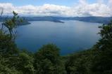 御鼻部山の展望台から十和田湖を眺める