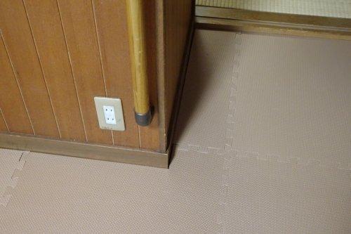 一階の床に冬の底冷え対策としてジョイントマットを敷きました