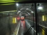 トンネルの中をトロリーバスで