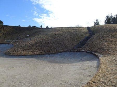 香妻琴乃がはまった ゴルフ5カントリーオークビレッヂ17番ショートホール 日本一あごの高いバンカー