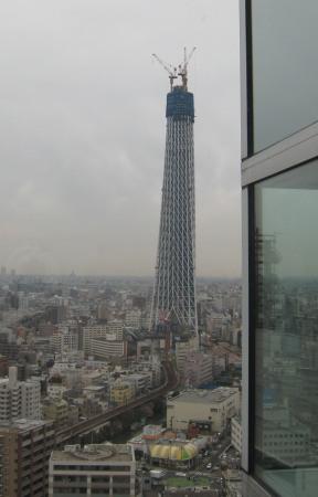 アサヒビールタワーから東京スカイツリーを眺める