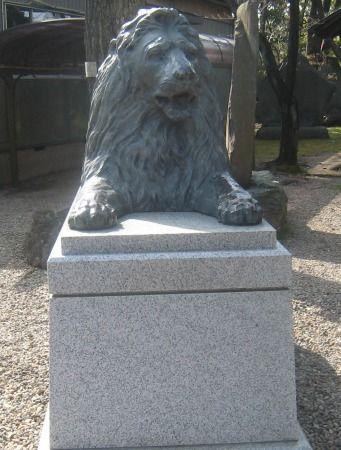 三囲神社 ライオンの像